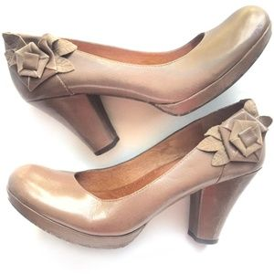 NAYA —Tan Leather Heels/ flower detail (7.5 M)
